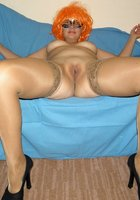 Баба в парике трахает анал на диване 9 фотография