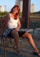 Рыжая женщина на прогулке показывает письку под юбкой 3 фотография