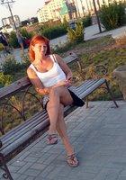 Рыжая женщина на прогулке показывает письку под юбкой 4 фотография