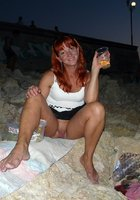Рыжая женщина на прогулке показывает письку под юбкой 5 фотография