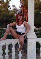 Рыжая женщина на прогулке показывает письку под юбкой 10 фотография