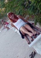 Рыжая женщина на прогулке показывает письку под юбкой 17 фотография