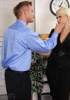 Менеджер трахает офисную работницу во время перерыва 1 фотография