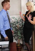 Менеджер трахает офисную работницу во время перерыва 2 фотография