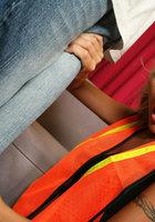 Негр долбит стройную мамку гигантским болтом на диване 2 фотография