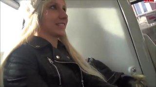Блонда в кожаной куртке отсосала и трахнулась с пассажиром в автобусе