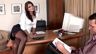 Мужики трахают на столе сексапильную сотрудницу