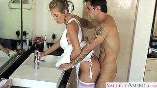 Nicole Aniston в свадебном наряде потрахалась с приятелем в ванной комнате