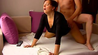 Мамаша на кровати делает отсос партнеру и отдается ему