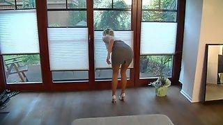 Белокурая домработница покрутила жопой перед хозяином, отсосала ему и дала на диване