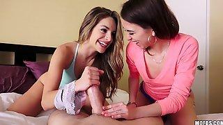 Riley Reid с подругой ублажают одного партнера на кровати