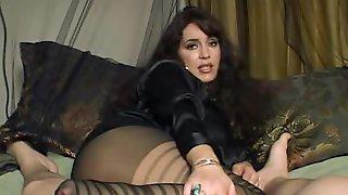 Красивая брюнетка в черных колготках лежит на диване и дрочит член чувака