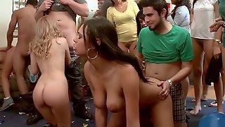 Студенты занимаются сексом перед друзьями с разными девками