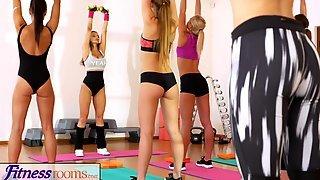 После фитнесса две подруги отдались привлекательному инструктору в зале