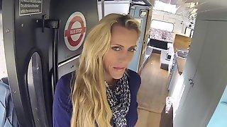 Белокурая женщина с длинными волосами потрахалась с другом в переоборудованном автобусе