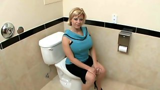 Белокурая мамаша в туалете отсосала молодому бойфренду и отдалась ему