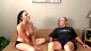 Старый мужик трахает на диване грудастую молодуху с косой