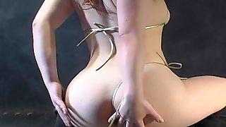 Азиатка танцует стриптиз в дыму и поливает тело маслом
