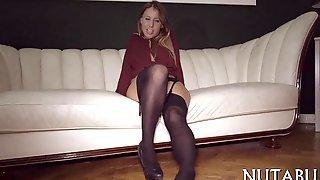 Милая девица на диване страстно ласкает пилотку пальчиками