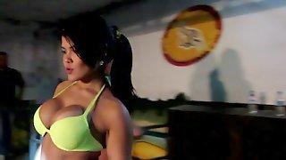 Бразильские девушки позируют в клубе в нижнем белье