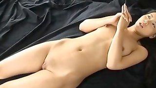 Худенькая японка обнаженная позирует на кровати