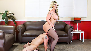 Толстая блондинка заставила партнера лизать ее жопу