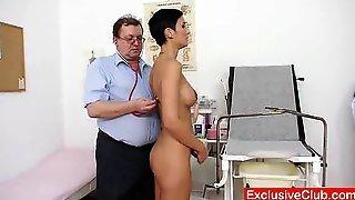 Опытный доктор осматривает пациенту и пихает вибратор ей в пилотку