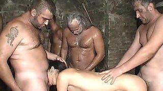 Несколько мужчин на сеновале трахают работниц фермы