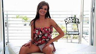 Maddi Squirts в цветастом платье удовлетворила парня на кровати