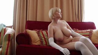 Толстая блондинка с большими дойками позирует голышом