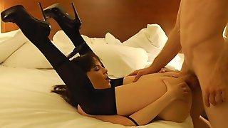 Dana DeArmond в черных чулках сношается с партнером в номере отеля