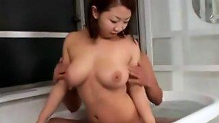 Японка делает массаж клиентку и ласкает его член