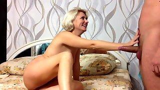 Зрелая блондинка с молодым партнером жарится на кровати