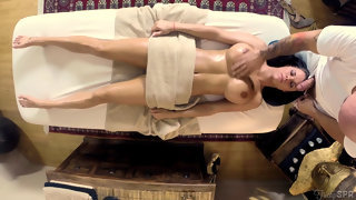 Лысый мачо сделал массаж и трахнул актрису Peta Jensen