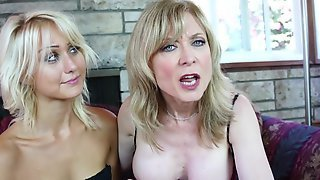 Nina Hartley занимается сексом с подругой используя вибратор