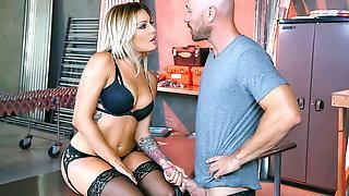 Johnny Sins целует стройную телку в черном белье и насаживает ее на большой член