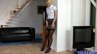 Зрелый бизнесмен привел домой молодую помощницу со светлыми волосами и выебал ее