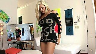 Блондинка танцует стриптиз и показывает большие буфера