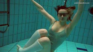 Телка в очках снимает полосатый купальник и светит телом в бассейне