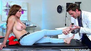 Доктор ловелас соблазнил очередную пациентку и трахнул ее на кушетке