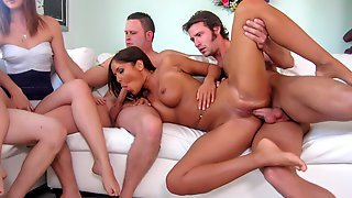 Angelica Heart вместе с подружкой занимаются групповым сексом с мужчинами перед камерой