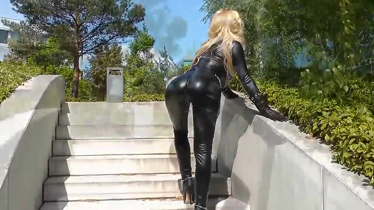 Большегрудая блондинка в латексе