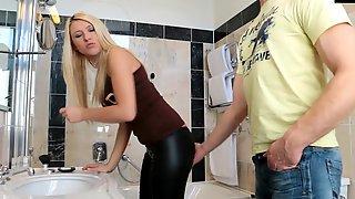 Парень поимел белокурую подружку в ванной комнате и кончил ей на лицо