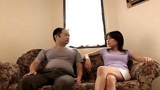 Азиатка села рядом с толстым партнером и подрочила ему