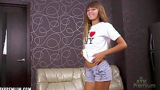 Татуированная красавица на блестящем диване ласкает пизду вибратором