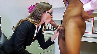 Телочка в розовом белье вылизала очко негру и занялась с ним сексом в офисе
