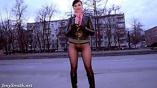 Русская студентка в колготках обнажается на улице