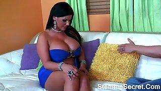 Полная латинка в синем платье дала другу полизать пизду и трахнулась с ним на диване
