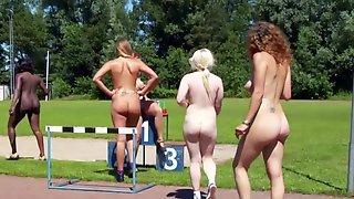 Обнаженные женщины устроили соревнования по бегу на улице