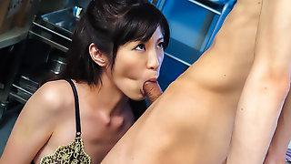 Sara Yurikawa отсасывает пенис сотруднику перед камерой